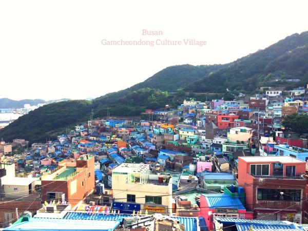 釜山遊記:甘川洞文化村--藍色屋頂、粉色矮牆,色彩是貧窮村落的翻身手段