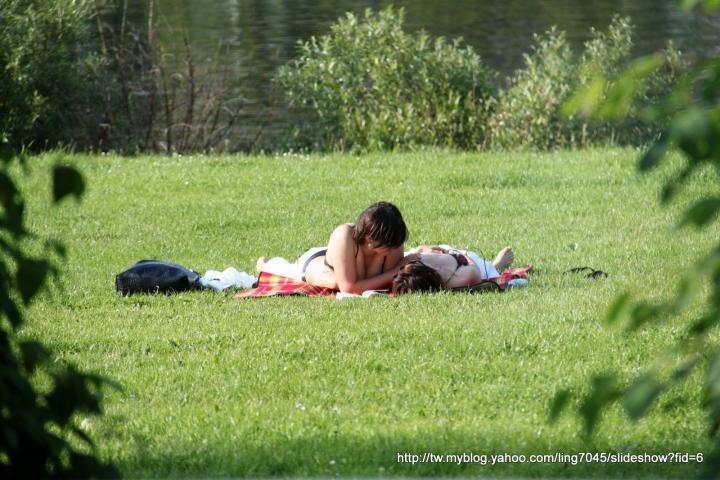 Mosel river莫色耳河沿途風景_女同性戀者穿著比基尼一起曬木瓜